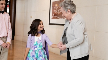 Kathy Bates Meets 8 Year Old Emma in Washington! thumbnail Photo
